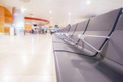 Passeggeri che waitting il loro volo all'aeroporto di Barajas a Madrid immagine stock libera da diritti