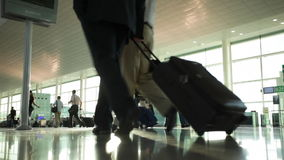 Passeggeri con bagagli nell'aeroporto archivi video