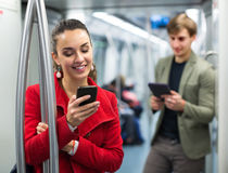 Passeggeri del sottopassaggio con i telefoni immagine stock libera da diritti