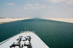 Passeggeri della nave da crociera che passano tramite il canale di Suez Fotografie Stock Libere da Diritti