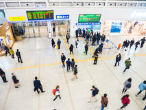 Passeggeri dentro della stazione di Seoul Immagini Stock