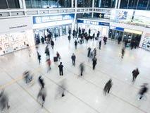 Passeggeri dentro della stazione di Seoul Immagine Stock