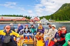 Passeggeri di crociera dell'Alaska che lasciano il punto ghiacciato dello stretto Fotografie Stock