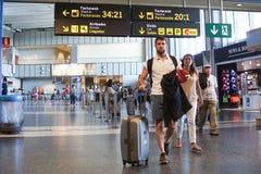 Passeggeri di linea aerea dentro un aeroporto Immagine Stock