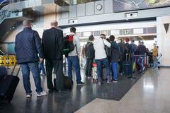 Passeggeri di linea aerea nell'aeroporto fotografia stock