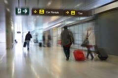 Passeggeri di linea aerea in un aeroporto immagini stock libere da diritti