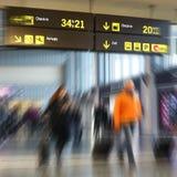 Passeggeri di linea aerea in un aeroporto Fotografia Stock Libera da Diritti
