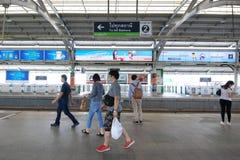 Passeggeri di Skytrain alla stazione del cuscinetto di BTS Fotografie Stock Libere da Diritti