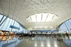 Passeggeri nell'aeroporto di Guangzhou (Baiyun) Fotografie Stock
