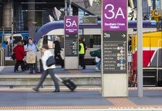 Passeggeri nella stazione ferroviaria dell'incrocio del sud Fotografia Stock