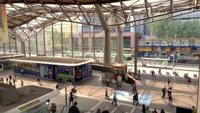 Passeggeri/pendolari e gente di affari che muovono intorno la stazione trasversale del sud, movimento lento video d archivio