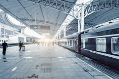 Passeggeri sul binario della stazione ferroviaria fotografia stock libera da diritti