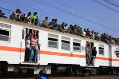 Passeggeri sul tetto del treno fotografia stock
