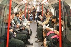 Passeggeri sul tubo di Londra fotografie stock libere da diritti