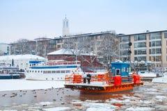 Passeggeri sulla barca storica Fori, traghetto di traffico, Turku della città Fotografia Stock