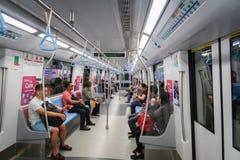 Passeggeri in treno di massa di MRT di transito rapido di Singapore fotografie stock
