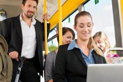 Passeggeri in un bus fotografie stock libere da diritti