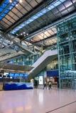 Passeggeri in un terminale di aeroporto internazionale, viaggiante Fotografia Stock
