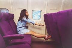 Passeggero asiatico della donna che si rilassa al Business class dell'aeroplano fotografie stock libere da diritti