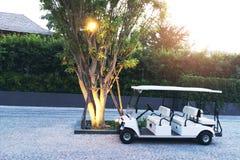 Passeggero aspettante dell'automobile di golf della località di soggiorno immagini stock libere da diritti