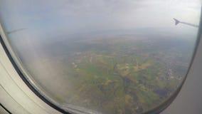 Passeggero che guarda attraverso la finestra dell'aereo che scuote nella turbolenza Disastro aereo stock footage