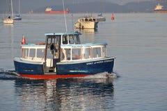 Passeggero che paga prezzo sul traghetto di False Creek Fotografia Stock Libera da Diritti