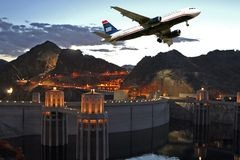 Passeggero commerciale Jet Plane Take Off di viaggio immagini stock