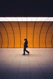 Passeggero in sottopassaggio, Monaco di Baviera, Germania fotografie stock libere da diritti