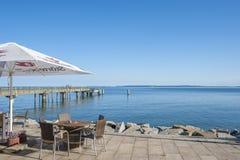 Passeggi con il ristorante ed il pilastro in Sassnitz sull'isola di fotografie stock
