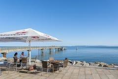 Passeggi con il ristorante ed il pilastro in Sassnitz sull'isola di fotografia stock