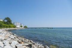 Passeggi con il rstenhof del ¼ dell'hotel e del pilastro FÃ in Sassnitz sul isl immagini stock libere da diritti