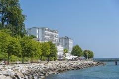 Passeggi con il rstenhof del ¼ dell'hotel FÃ in Sassnitz sull'isola della R fotografia stock