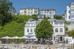 Passeggi con le ville storiche in Sassnitz sull'isola del ¼ g di RÃ fotografie stock libere da diritti