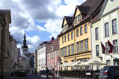 Passeggi sulle vecchie vie a vecchia Tallinn Immagine Stock Libera da Diritti
