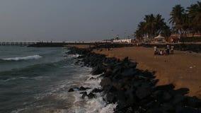 Passeggia la spiaggia, spiaggia di Pondicherry della roccia, in Pondicherry, Tamil Nadu, India archivi video