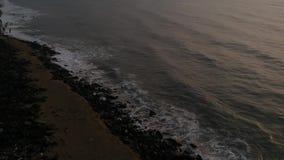 Passeggia la spiaggia, spiaggia di Pondicherry della roccia, in Pondicherry, Tamil Nadu, India stock footage