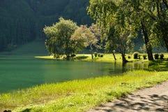 Passeggiando intorno a Lagoa Sete Cidades fotografie stock