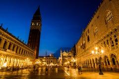 Passeggiata alla notte sulle vie di Venezia fotografia stock