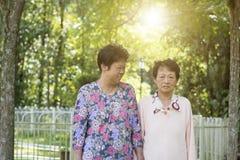 Passeggiata anziana asiatica di mattina delle donne ad all'aperto fotografia stock