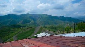 Passeggiata attraverso il paesino di montagna video d archivio