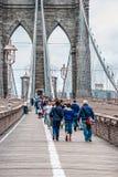 Passeggiata attraverso il ponte di Brooklyn fotografie stock libere da diritti