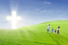 Passeggiata cristiana della famiglia verso l'indicatore luminoso Immagine Stock Libera da Diritti