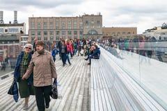 Passeggiata degli ospiti sul ponte di barche in Zaryadye Fotografia Stock Libera da Diritti