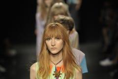 Passeggiata dei modelli il finale della pista ad Angelo Marani Show durante il Milan Fashion Week Immagine Stock Libera da Diritti