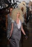 Passeggiata dei modelli il finale della pista alla sfilata di moda di Blonds Fotografia Stock Libera da Diritti