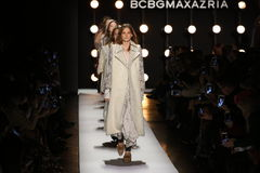 Passeggiata dei modelli il finale della pista alla sfilata di moda 2016 di caduta di BCBGMAXAZRIA Immagine Stock