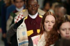 Passeggiata dei modelli il finale della pista alla sfilata di moda 2017 di Calvin Klein Collection Autumn Winter Fotografia Stock Libera da Diritti