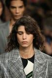 Passeggiata dei modelli il finale della pista alla sfilata di moda 2017 di Calvin Klein Collection Autumn Winter Immagine Stock Libera da Diritti