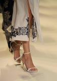 Passeggiata dei modelli il finale della pista alla sfilata di moda di Jonathan Simkhai Immagini Stock