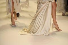 Passeggiata dei modelli il finale della pista alla sfilata di moda di Jonathan Simkhai Immagine Stock